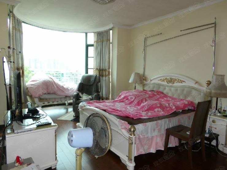卧室采用半圆落地窗设计,既扩增了使用面积又有充足光照; 4. 餐