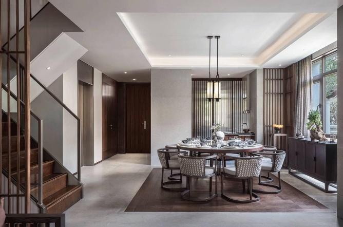 虽是中式,但是别墅中空依旧设计了挑空选择,挑空是地板软装中最不同精彩之间别墅客厅楼层图片