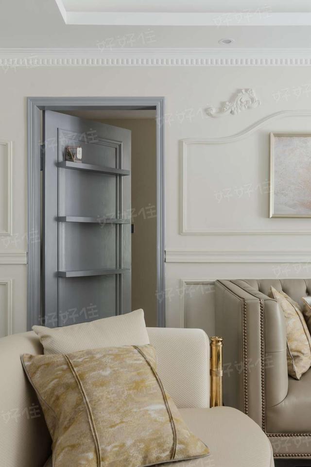 沙发背景墙因为风水先生的介入,设计了一处隐形门,隐形门合上时,就