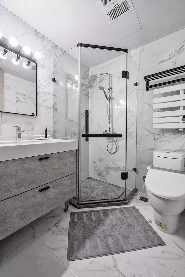 卫生间利用角落空间设立了淋浴区,提高空间利用率.