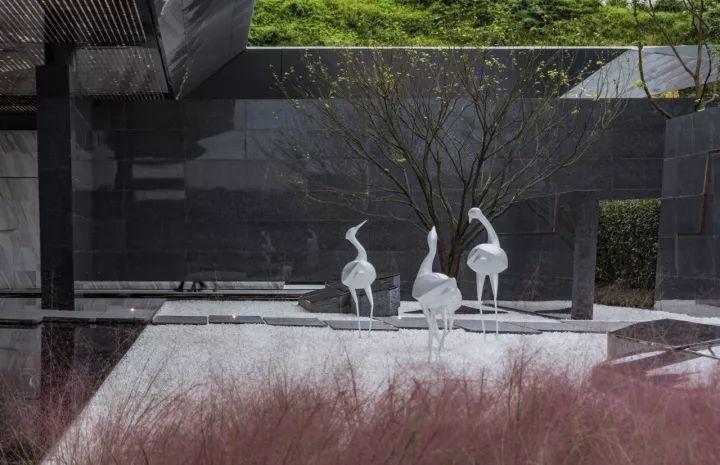 汀步两边的雕塑小品,从纸飞机到纸船,而后化为白鹭,暗喻着走过世界