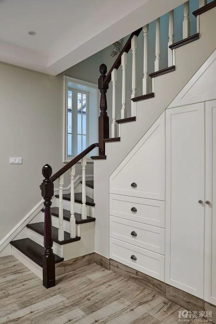 楼梯下方也做了储物柜.