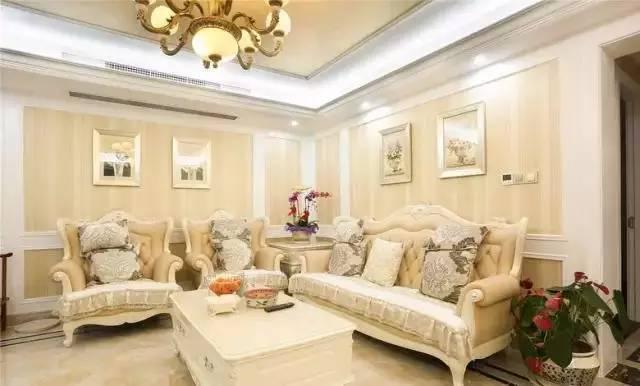 简欧风,白色欧式家具,墙面是壁纸加护墙板