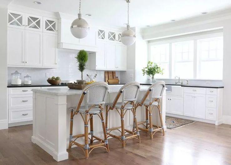 开放式的厨房布局特别清新,中岛吧台的设计也能更好的让家人