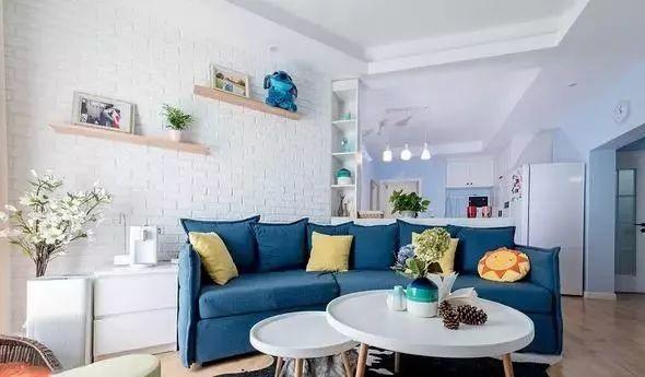 背景墙的浅蓝色与沙发的深蓝色相互呼应,形成整体的蓝白色系.