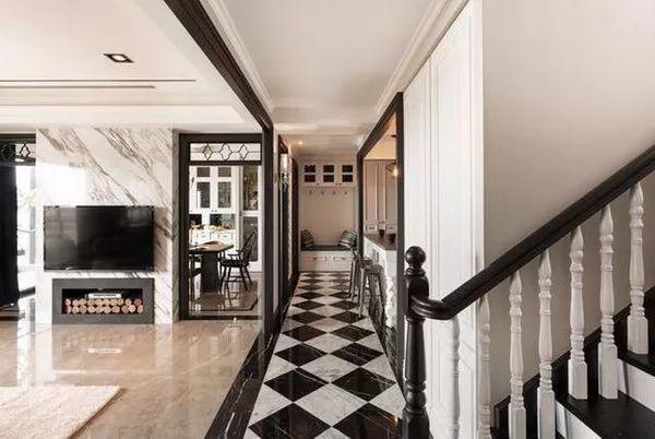 每个走廊都有不同的瓷砖拼花,波打线让视线集中在拼花上.