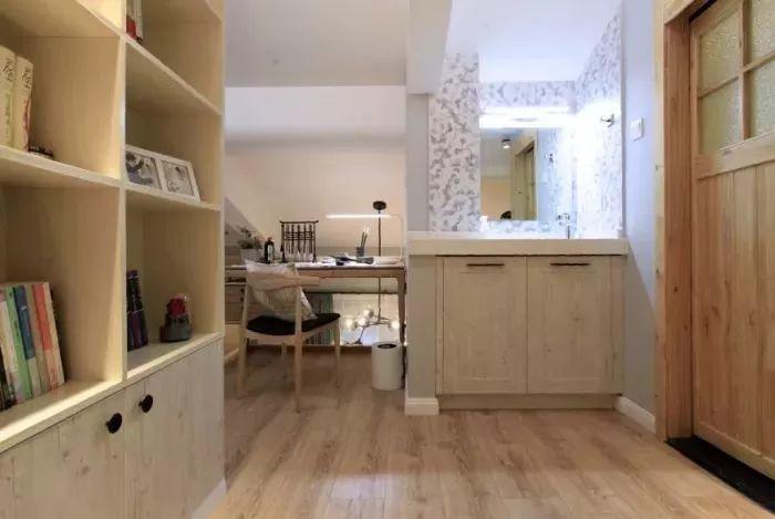 一樓主臥,墻面選用淺綠色乳膠漆搭配小半墻地板上墻的造型,很適合
