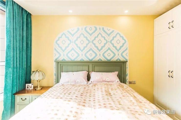 墙面用米黄色的乳胶漆,拱形花纹床背景,整体自然休闲.
