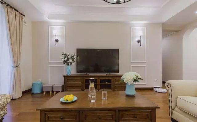 电视墙挺简单的,用石膏线简单做了些造型,搭配上壁灯效果挺不错的.