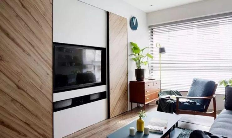 利用線條感柔和的柜體式電視墻平衡整體,后方剩余空間用于收納