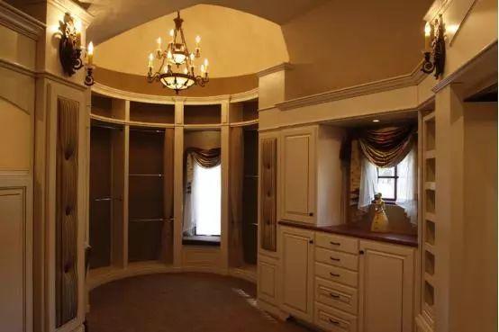 其实是想说如果家里有圆弧的角落,也可以设置这样的衣柜.