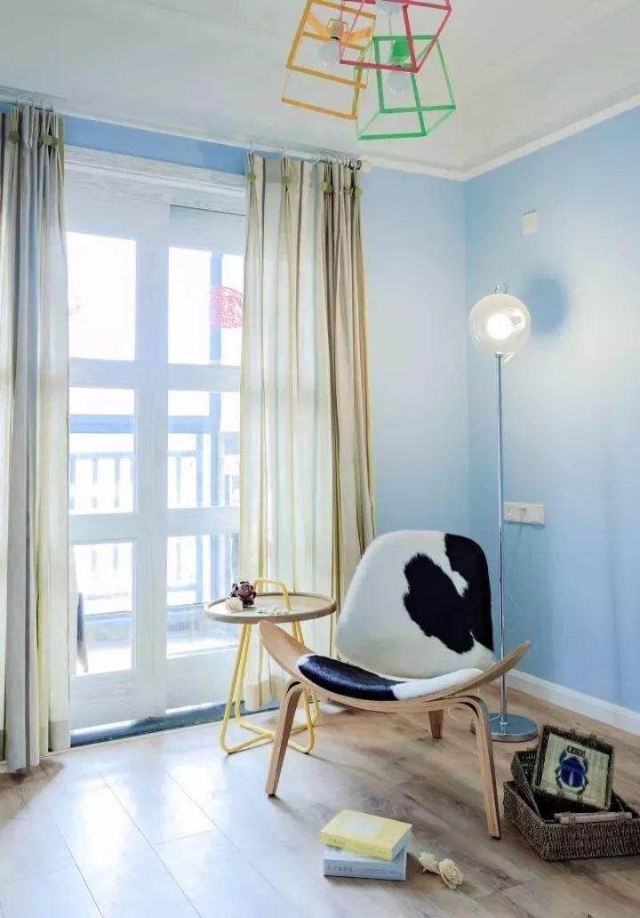 儿童房木色地板搭配天蓝色的乳胶漆墙面,简约实用的家具,造型独特