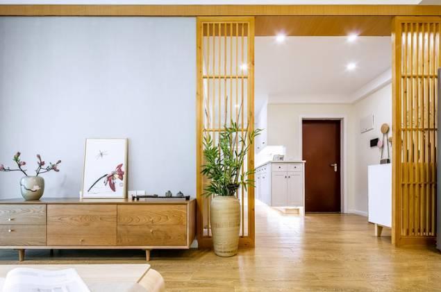 木质家具和淡蓝色电视背景墙相呼应,素雅清新极致.