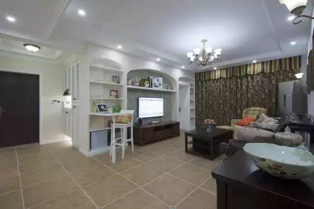 客厅电视背景墙用木工做了一个造型,层板上还能放些小物品.