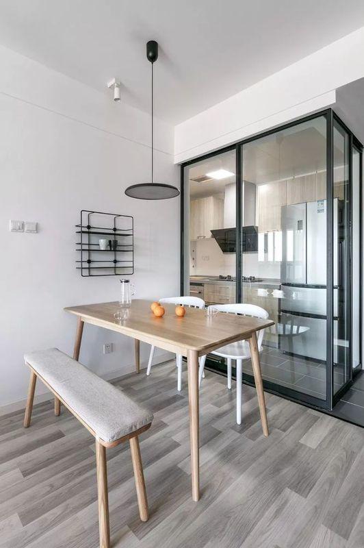 墻上的迷你置物架 既可以做裝飾又可以儲物 廚房灰色地磚搭配白色墻磚