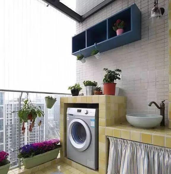 洗衣机放浴室怕受潮,放厨房又占地方,阳台可以好好利用起来,通过定制