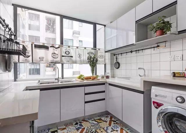 厨房墙面铺贴白色瓷砖,搭配地面花砖,整个空间清爽活泼.