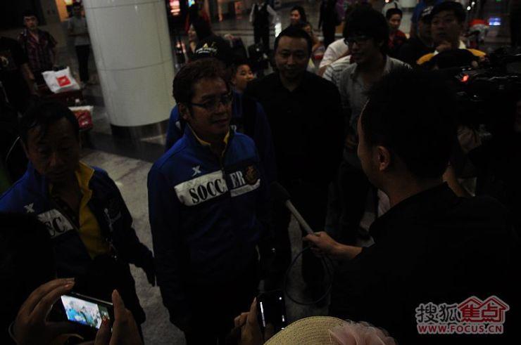 香港足球明星队今晚顺利抵达大连,小崔发来现场报道