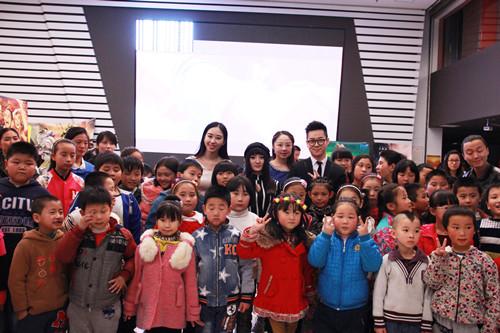 来自北京燕京小天鹅打工子弟学校的孩子们快乐合影