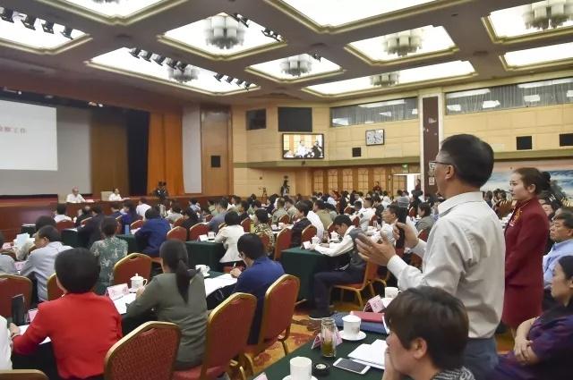 美巢冯琪雅在13届全国人大代表学习班上与首席大检察官精采互动