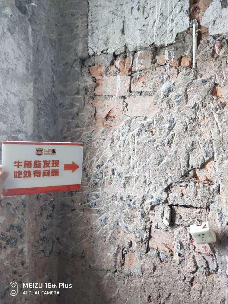 墙体的旧批荡层居然还没有铲除干净