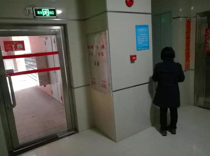 小区入户大门噪音大,业主需在门口挂棉被挡噪音?