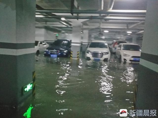"""乌鲁木齐一小区水管爆裂,地下车库成""""河"""",淹了十几辆车"""