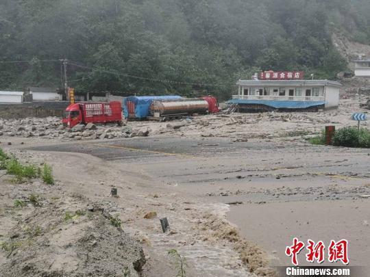 云南祥临公路突发泥石流 暂无人员伤亡约350辆车滞留