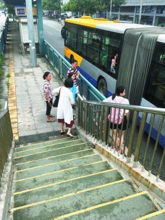 北京一些过街天桥沦为半截工程 还有救吗?