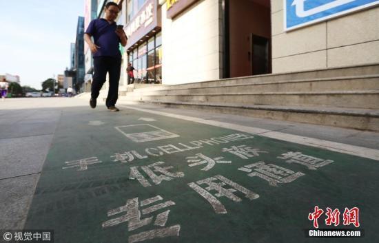 调查:中国网民每天看电子屏近6个小时 每13分钟用一次手机