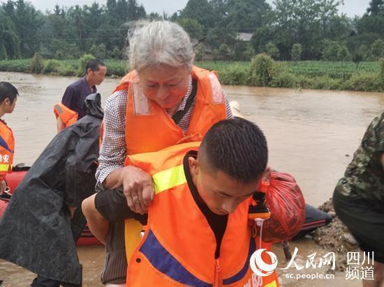 四川连续降雨出险情 雅安消防营救被困群众