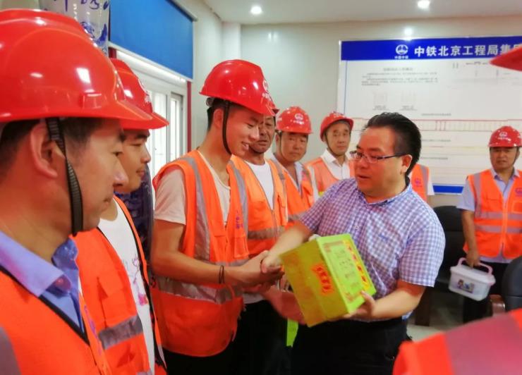 深圳市建设工会慰问地铁10号线建设者